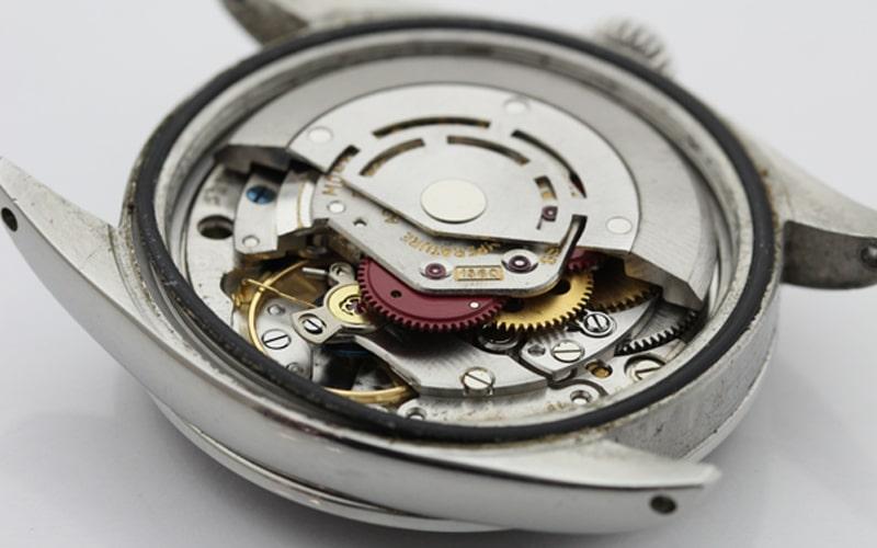 状態の悪い機械式時計