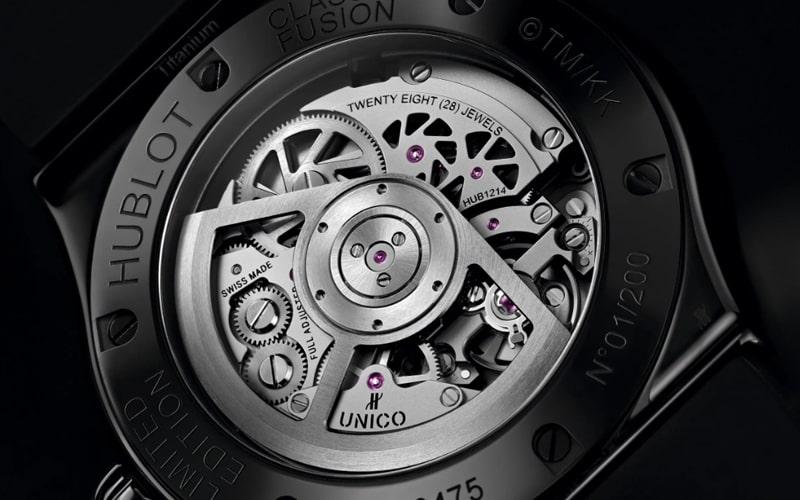 文字盤の花弁とスマイルには456個のブラックダイヤモンドがセッティング